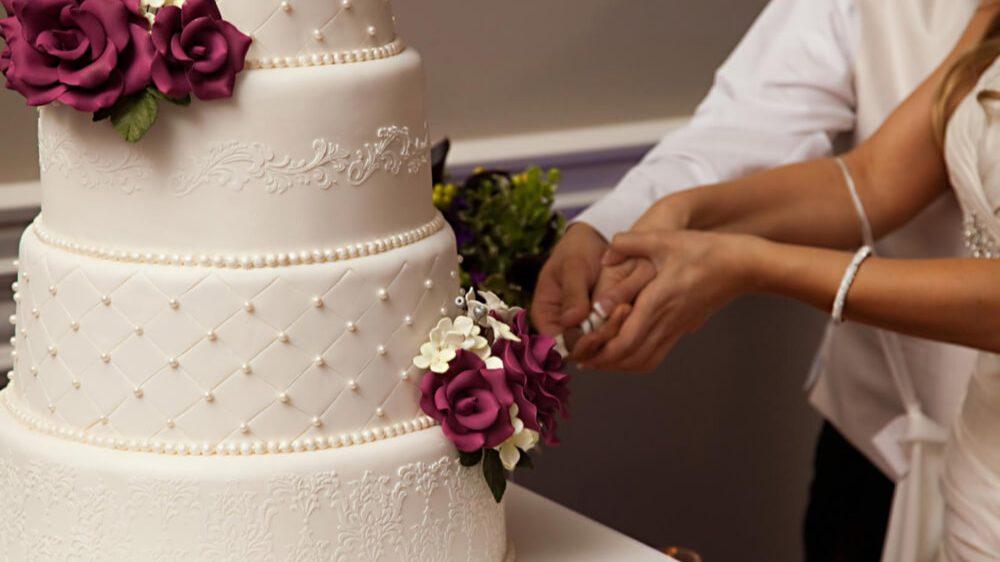 Білий весільний торт | Замовити весільний торт у Львові