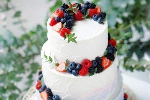 Світлий весільний торт з фруктами | Замовити весільний торт у Львові